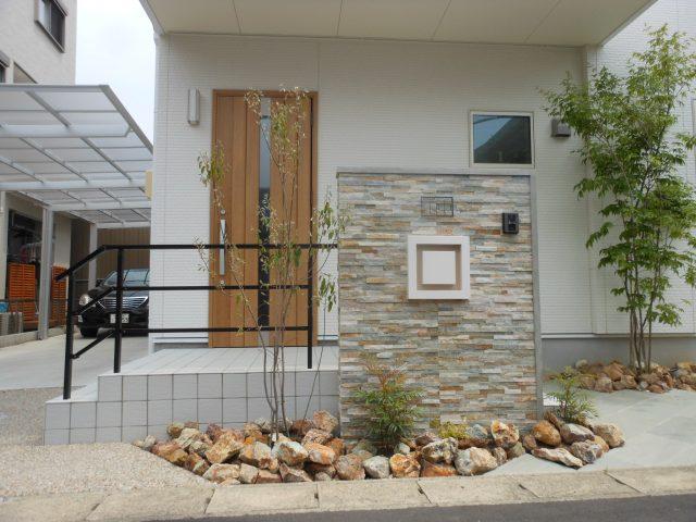 幾何学的デザイン門柱