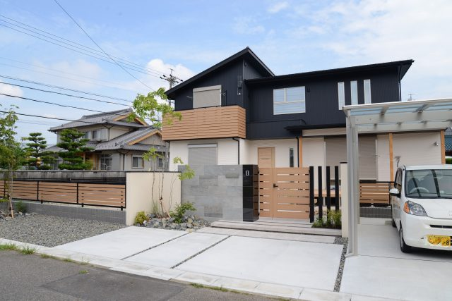 春日井市外構 黒ガルバが素敵な家
