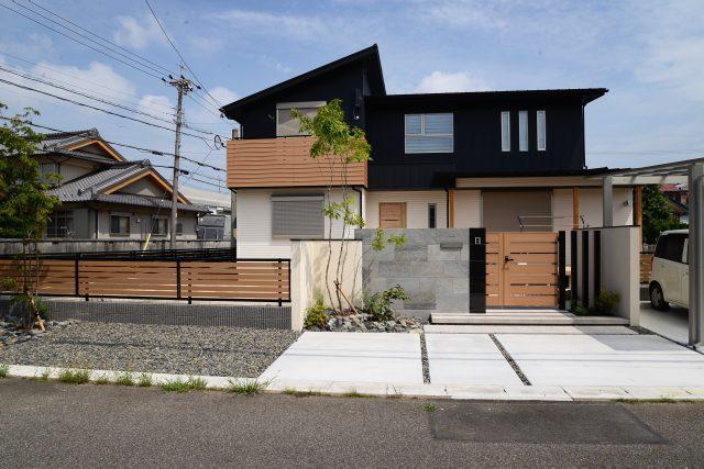 春日井市でおしゃれな外構 黒ガルバが素敵な春日井の家