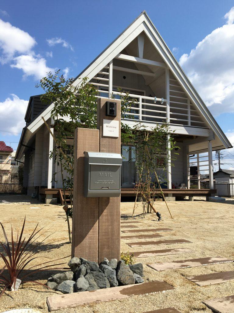 自然を取り込む家。庭とつながる1階ウッドデッキ。内と外を同時に楽しむ暮らし。 <江南市 BESSの家 なつ>