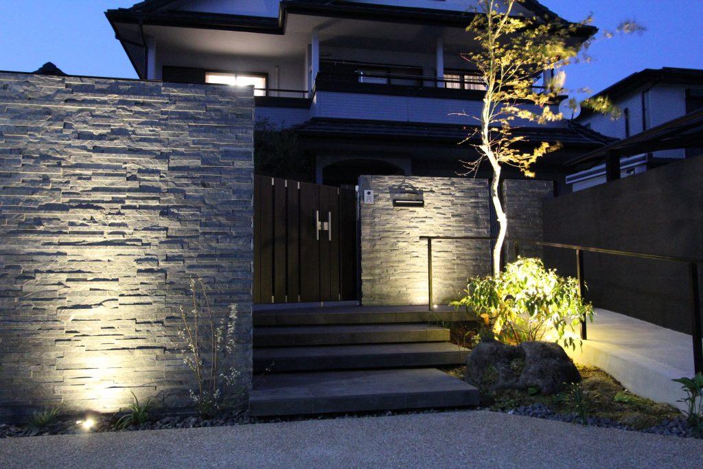 美しい外壁タイルに包まれた、グレー色の邸宅。門周りの重厚で気品あるしつらえが、空間だけでなく、心のゆとりまでカタチにする,ワンランク上の住まいを実現します。<江南市 一条工務店門廻り外構リフォーム>
