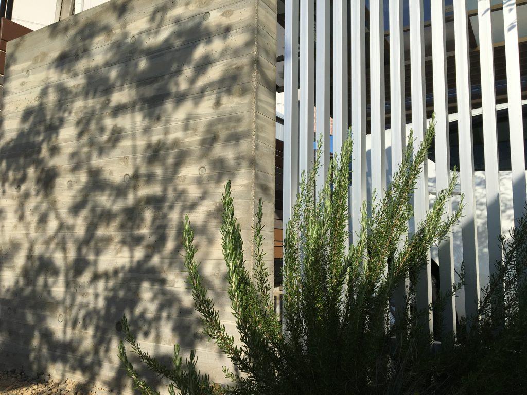 難しい杉板調コンクリートを低コストで実現!!弊社オリジナルRC杉板門柱