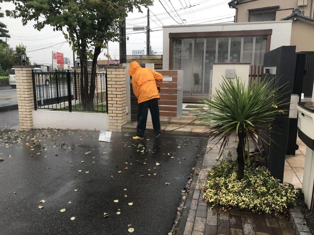 雨の日は展示場の高圧洗浄