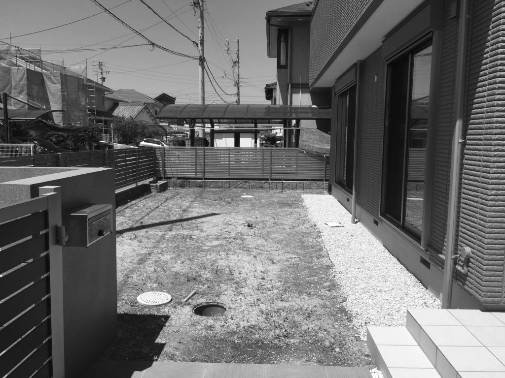 芝生とタイルテラス(木目調)の庭 春日井市A様邸 完成